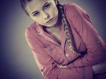 Mujer joven triste del adolescente en dolor de la sensación de la cama Imagen de archivo libre de regalías