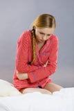 Mujer joven triste del adolescente en dolor de la sensación de la cama Imagenes de archivo