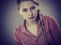 Mujer joven triste del adolescente que se sienta en cama Foto de archivo