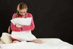 Mujer joven triste del adolescente que se sienta en cama Fotografía de archivo libre de regalías