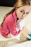 Mujer joven triste del adolescente que se sienta en cama Imagen de archivo