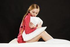 Mujer joven triste del adolescente que se sienta en cama Imagenes de archivo