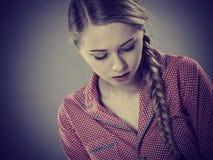 Mujer joven triste del adolescente que se sienta en cama Foto de archivo libre de regalías