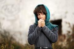 Mujer joven triste en capa clásica gris Fotografía de archivo
