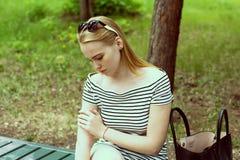 Mujer joven triste en un rayado Foto de archivo libre de regalías