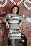 Mujer joven triste en un suéter gris Fotos de archivo