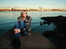 Mujer joven triste hermosa que se sienta al aire libre cerca del río Imagenes de archivo