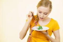 Mujer joven triste que está en dieta Imagen de archivo libre de regalías