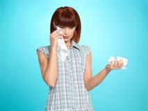 Mujer joven triste que la limpia rasgones Fotos de archivo