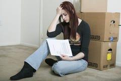 Mujer joven triste que mueve hacia fuera - el desahucio Imagen de archivo