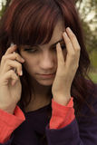 Mujer joven triste que oye malas noticias foto de archivo