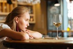 Mujer joven triste que quiere beber el alcohol fotografía de archivo