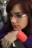 Mujer joven triste que se sienta en un banco en el parque foto de archivo libre de regalías