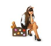 Mujer joven triste que se sienta en una maleta con un oso de peluche foto de archivo libre de regalías
