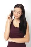 Mujer joven urbana que habla en el teléfono elegante en estudio Fotografía de archivo