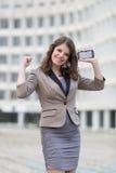 Mujer joven urbana que muestra la emoción positiva Fotos de archivo