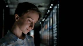 Mujer joven usando la exhibición interactiva en el museo histórico moderno metrajes