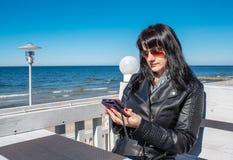 Mujer joven usando un smartphone m?vil imagen de archivo