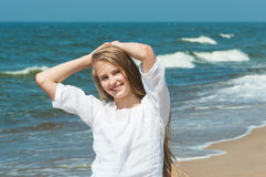 Mujer joven vacationing en la playa Imágenes de archivo libres de regalías