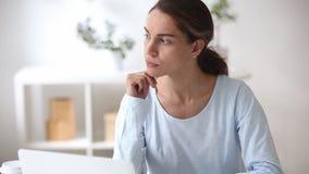 Mujer joven vacilante dudosa pensativa que piensa en la solución del problema metrajes