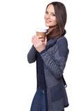 Mujer joven vestida invierno con la taza de café encima Imagen de archivo