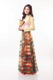 Mujer joven vietnamita hermosa con el estilo moderno ao dai que sostiene una fan de papel Fotografía de archivo