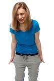 Mujer joven vivaz que se coloca de risa Foto de archivo libre de regalías