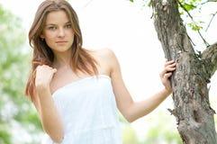 Mujer joven y árbol Fotos de archivo libres de regalías