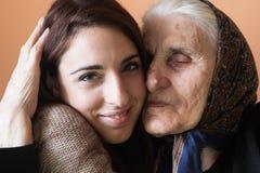Mujer joven y abuela sonrientes Imagenes de archivo