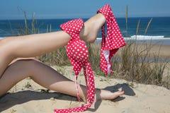Mujer joven y atractiva con la figura perfecta en la fascinación del bikini magenta a pie Imagenes de archivo