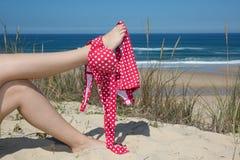 Mujer joven y atractiva con la figura perfecta en la fascinación del bikini magenta a pie Fotografía de archivo libre de regalías