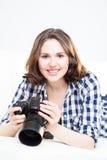 Mujer joven y atractiva con una cámara del dslr Fotos de archivo