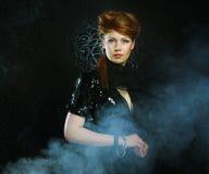 Mujer joven y atractiva en humo Fotos de archivo