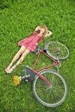 Mujer joven y bici Imagen de archivo