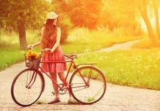 Mujer joven y bici Fotos de archivo libres de regalías