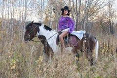 Mujer joven y caballo fotografía de archivo