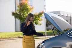 Mujer joven y coche quebrado imágenes de archivo libres de regalías