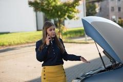 Mujer joven y coche quebrado fotos de archivo libres de regalías
