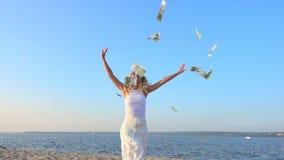 Mujer joven y dinero felices almacen de video