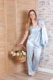 Mujer joven y flores hermosas foto de archivo libre de regalías