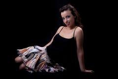 Mujer joven y hermosa asentada en suelo Imagen de archivo libre de regalías