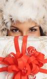 Mujer joven y hermosa con un presente encima Imágenes de archivo libres de regalías