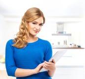 Mujer joven y hermosa de la mujer con una tableta Imágenes de archivo libres de regalías