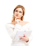 Mujer joven y hermosa del ama de casa que sostiene una tableta Fotografía de archivo libre de regalías