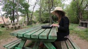 Mujer joven y hermosa que juega el sintetizador en la tabla de un parque, Francia almacen de video