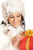 Mujer joven y hermosa que lleva a cabo un presente Fotos de archivo libres de regalías
