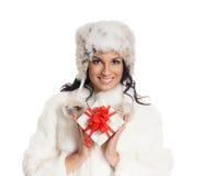 Mujer joven y hermosa que lleva a cabo un presente Foto de archivo libre de regalías