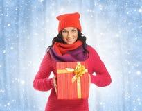 Mujer joven y hermosa que lleva a cabo un presente Imágenes de archivo libres de regalías