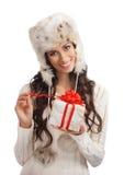 Mujer joven y hermosa que lleva a cabo un presente Imagen de archivo libre de regalías