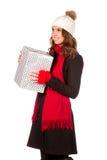 Mujer joven y hermosa que lleva a cabo un presente agradable Fotografía de archivo libre de regalías
